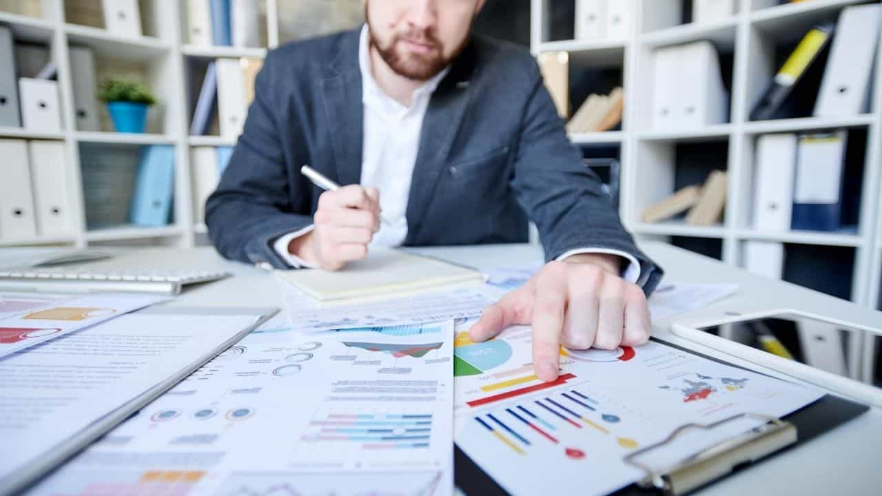 accountants to calculate company finances